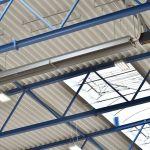 Ein Dunkelstrahler der Serie deltaSchwank an der Decke einer Industriehalle.