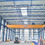 Der Schwank Dunkelstrahler deltaSchwank an der Decke einer hohen Industriehalle.