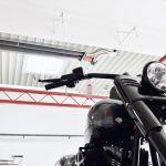 Ein Motorrad und darüber ein Schwank Dunkelstrahler der Reihe calorSchwank.