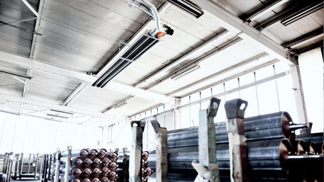 Ein Dunkelstrahler von Nahmen in einer Produktionshalle.