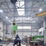Der Hellstrahler supraSchwank an der Decke einer Produkionshalle.