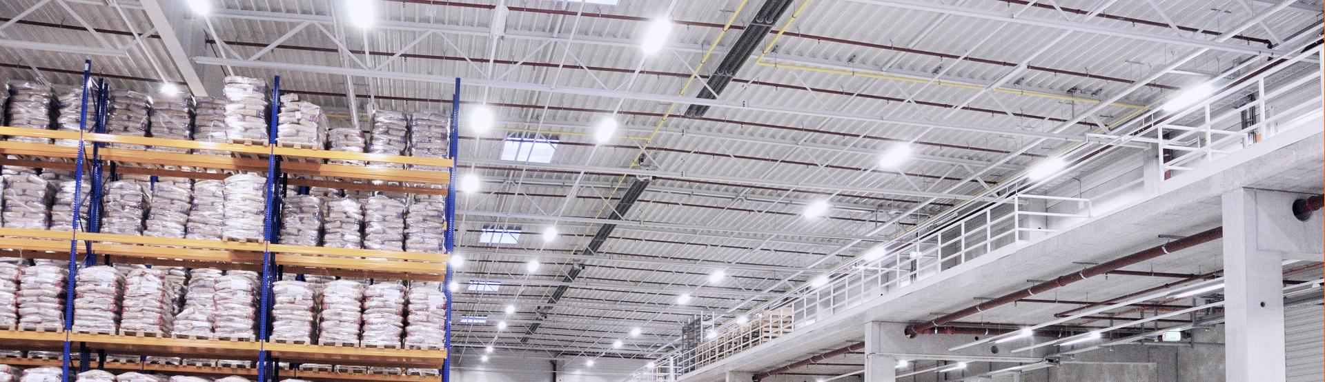 Mehrere lange Dunkelstrahler von Schwank in einer großen Logistikhalle.